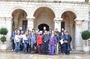 Gruppo famiglie a Cana insieme a don Corrado Sanguineti