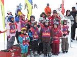 Gruppo di bambini sugli sci